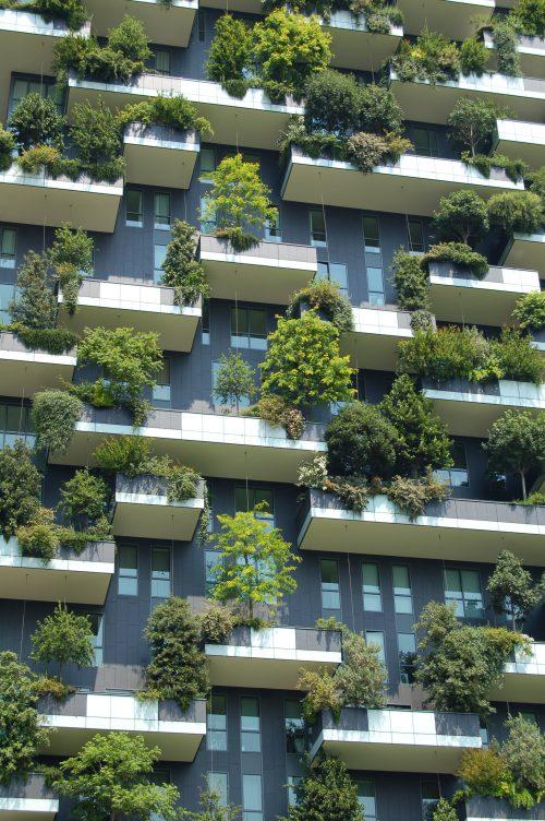 Une façade d'immeuble avec des balcons végétaux