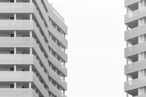 Deux immeubles neufs blancs avec balcons