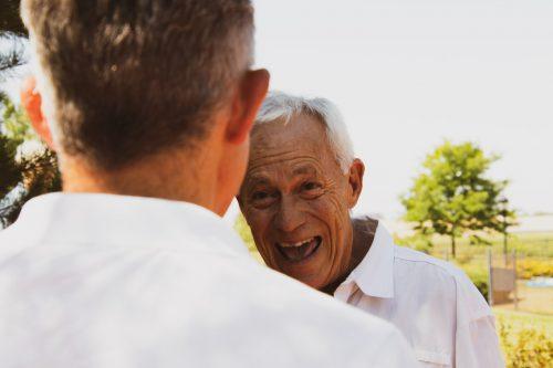 homme senior qui rigole avec un autre